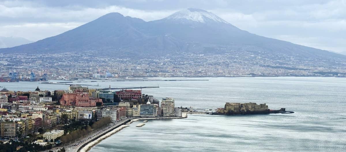 Vesuviusvuori ja Napolin kaupunkia.