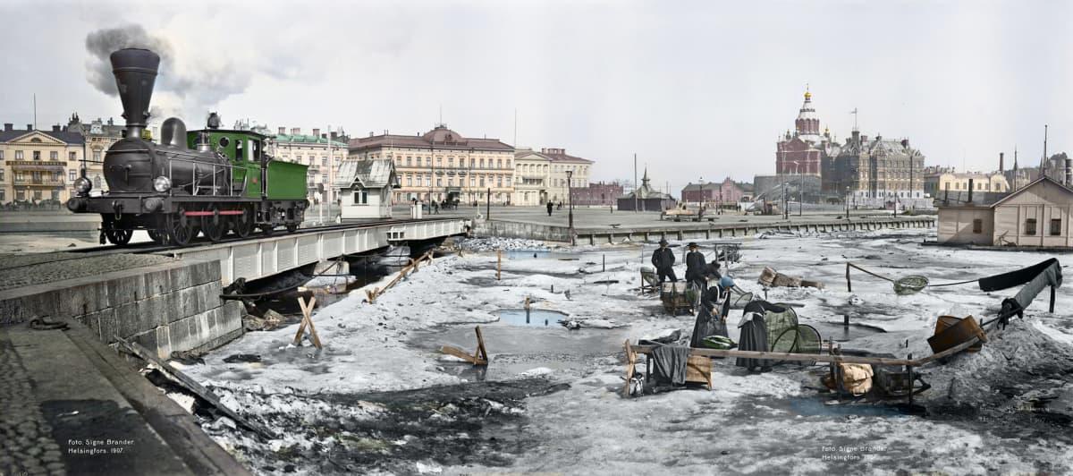 Väritetty kuva Kauppatorin rannasta vuodelta 1907.