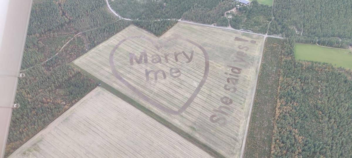 Kosintateksti Marry me -ohrapellossa Hailuodossa 2021 syyskuussa.