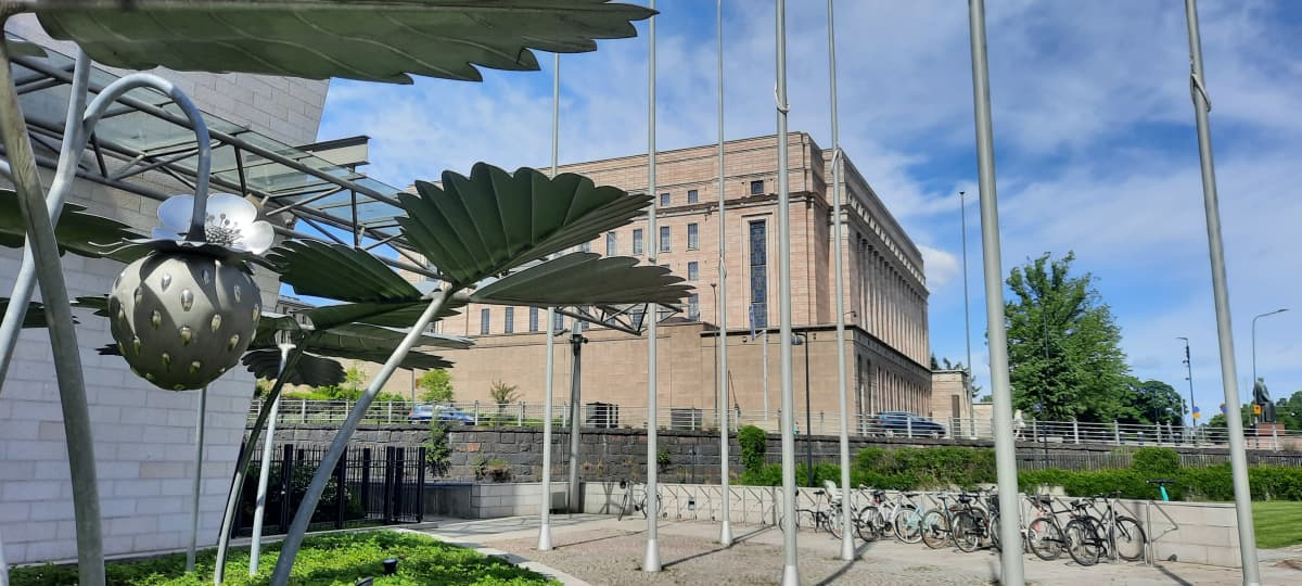 Eduskuntatalo kuvattuna Pikkuparlamentin kulmalta
