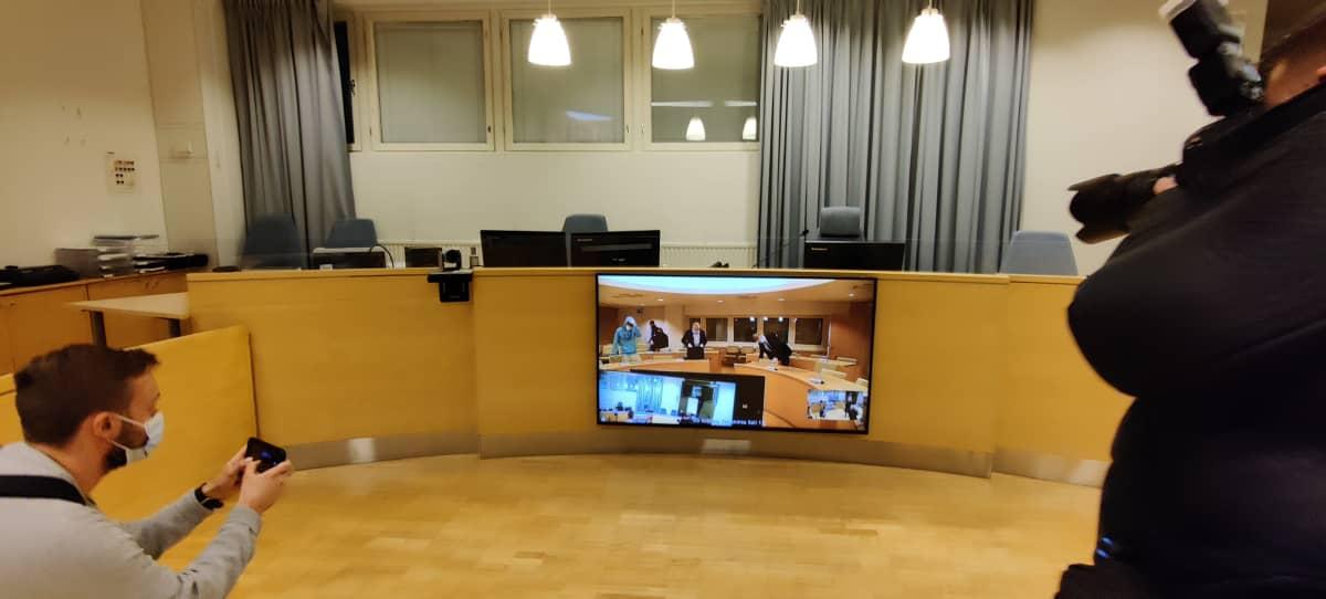 Oikeudenkäynti Pohjanmaan käräjäoikeudessa Kokkolassa alkoi 11.12.. Noin kolmekymppisiä veljeksiä syytetään 21-vuotiaan miehen murhasta Kaustisella viime kesänä.