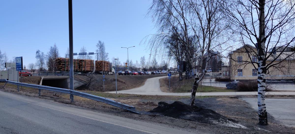 Jono autoja odottaa rajatarkastukseen pääsemistä Torniossa