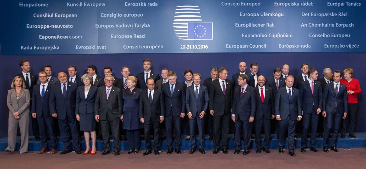 Eu-johtajat poseeraavat perhepotretissa.