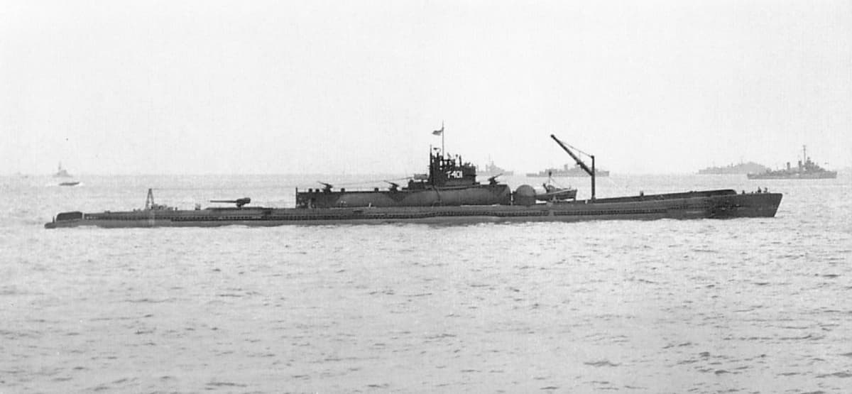Vanha mustavalkoinen valokuva I-400 -sukellusveneestä.