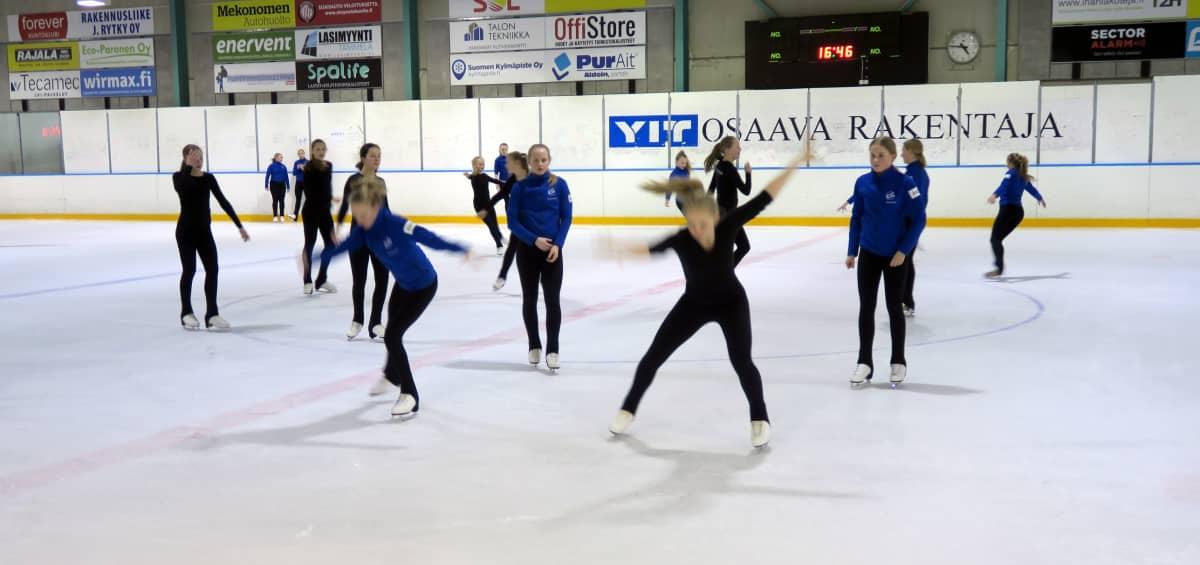 Muodostelmaluistelijoita jäällä Myyrmäen jäähallissa.