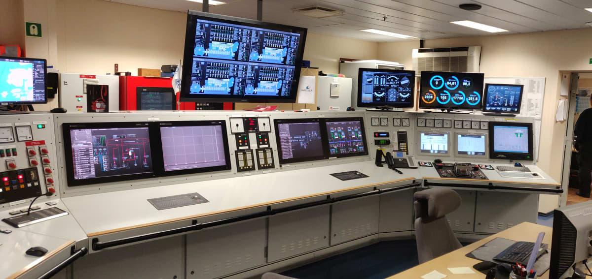 Viking Linen valvomossa laivan toimintoja tarkkailaan erilaisilta näytöiltä.