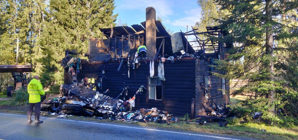 Poliisi tutkii tulipalon tuohoamaa rakennusta.