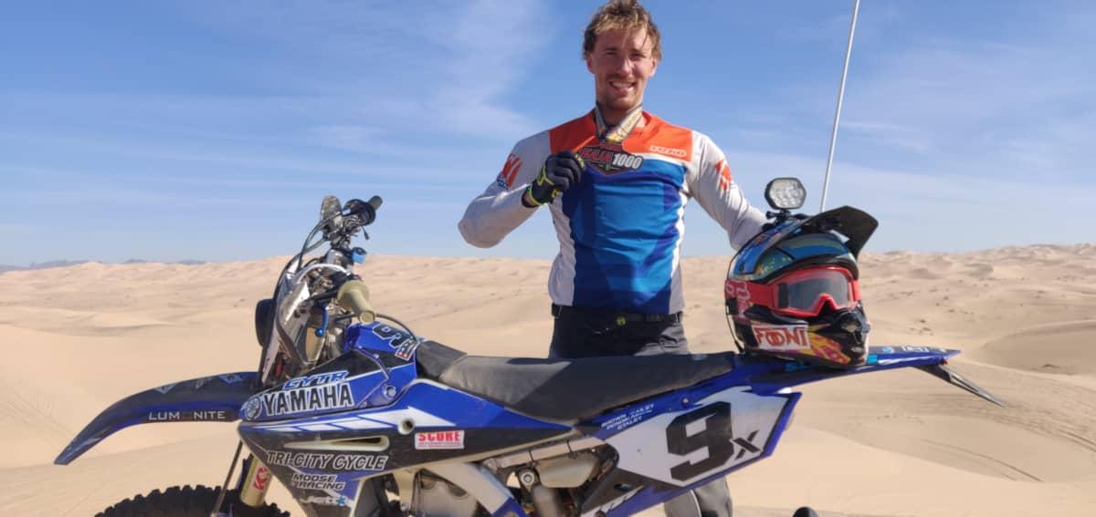 Antti Pendikainen poseeraa moottoripyörän kanssa