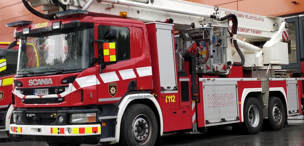 Paloauto Äänekosken paloaseman edustalla.