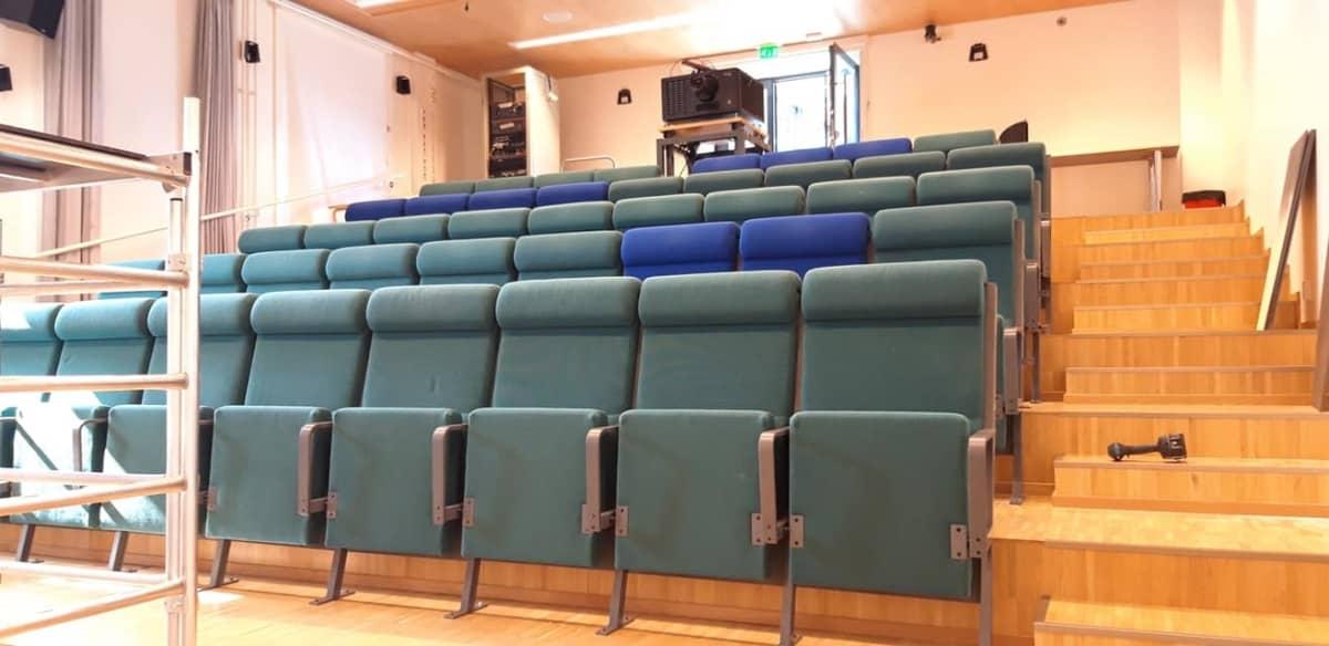 Puolankajärven koulun auditorioon on siirretty elokuvateatterin laitteisto ja penkit.