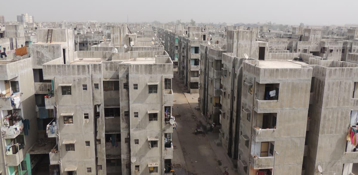 Köyhiä on uudelleenasutettu Ahmadabadissa Intiassa.