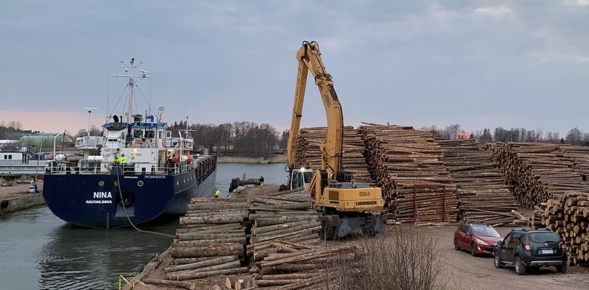 puutavaran lastausta laivaan Ahvenanmaalla