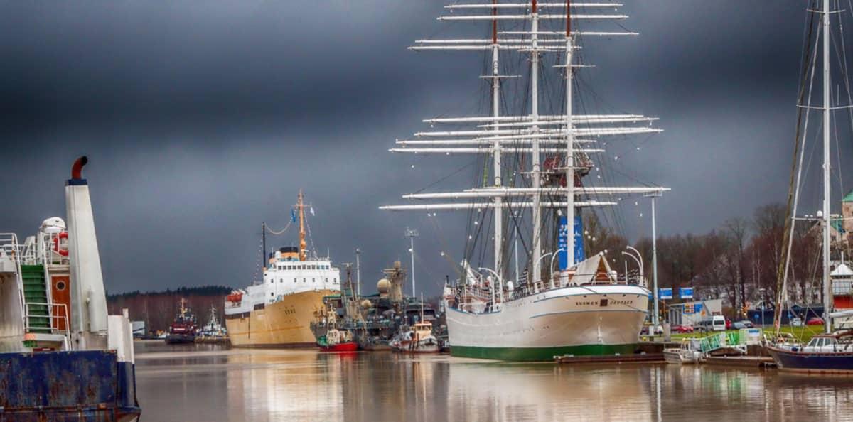 Tummia pilviä Turun sataman yllä.