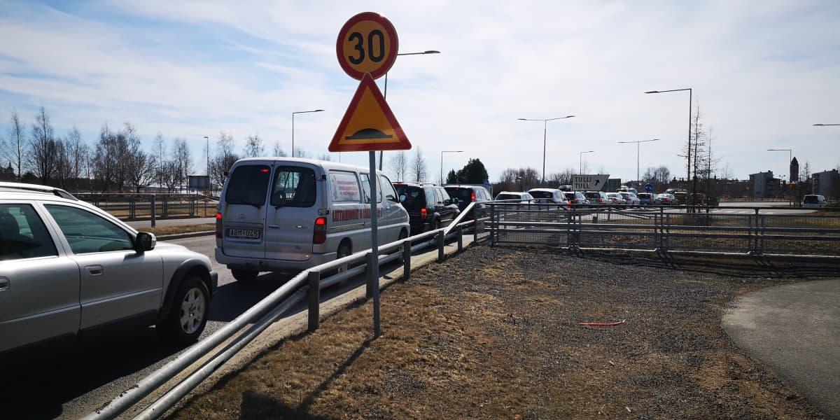 Autoja jonottamassa Torniossa Ruotsiin