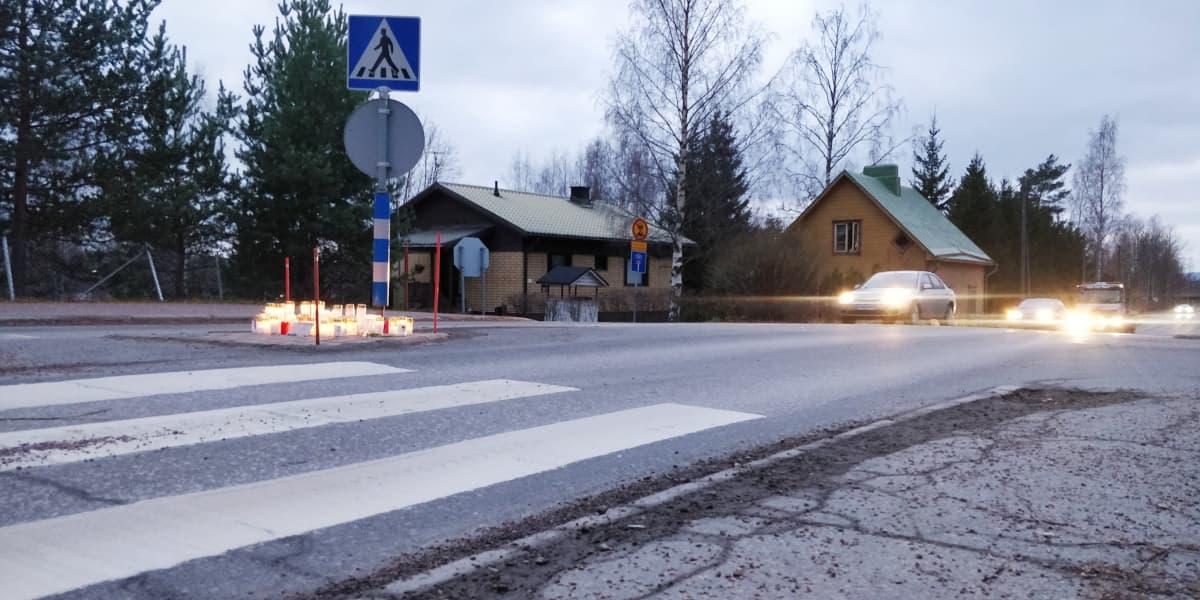 Kynttilöitä onnettomuuspaikalla liikenteenjakajan päällä Vaajakoskentien varessa Jyväskylässä