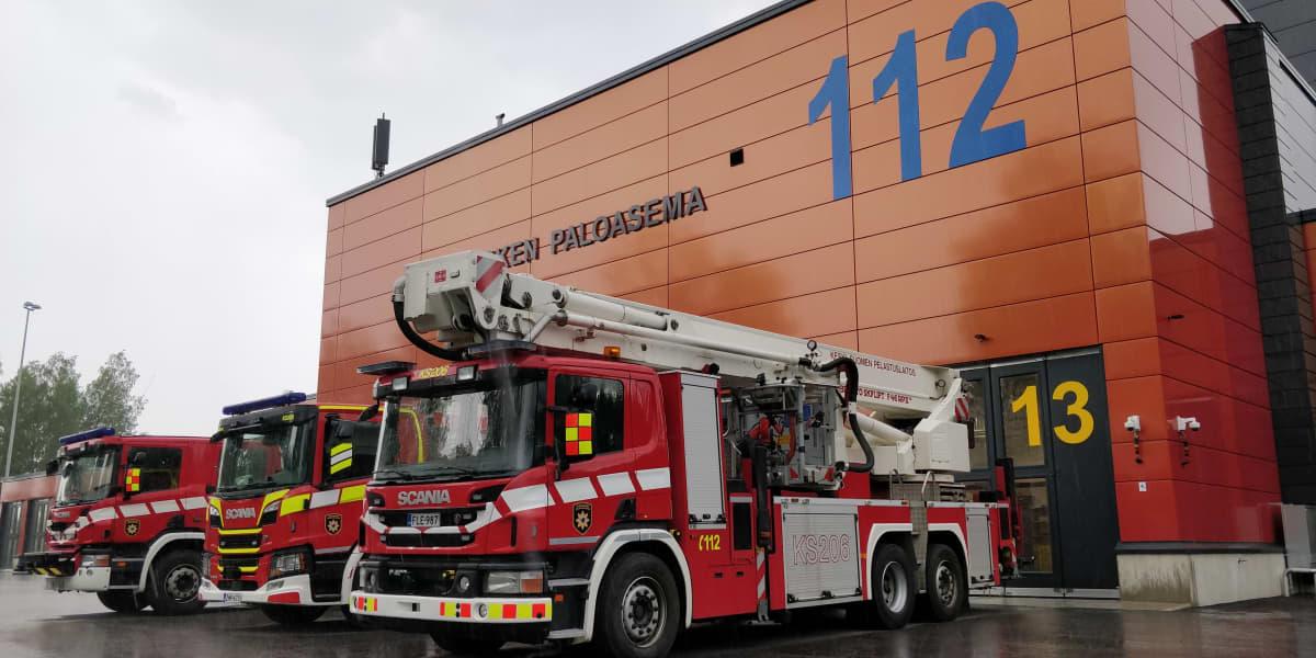 Paloautoja ulkona Äänekosken paloaseman edustalla.