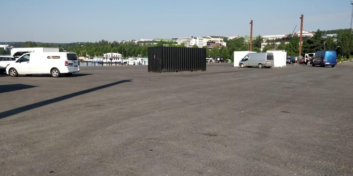 Autoja ja kontteja Lutankonaukiolla, johon rakennetaan jättiterassia.