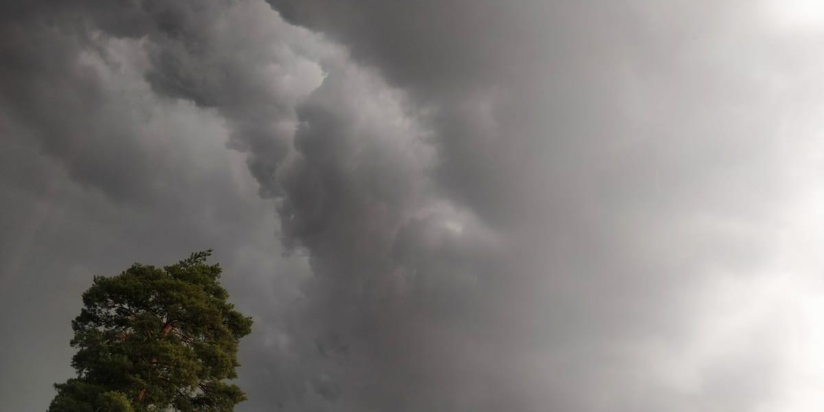 Tummia pilviä taivaalla.