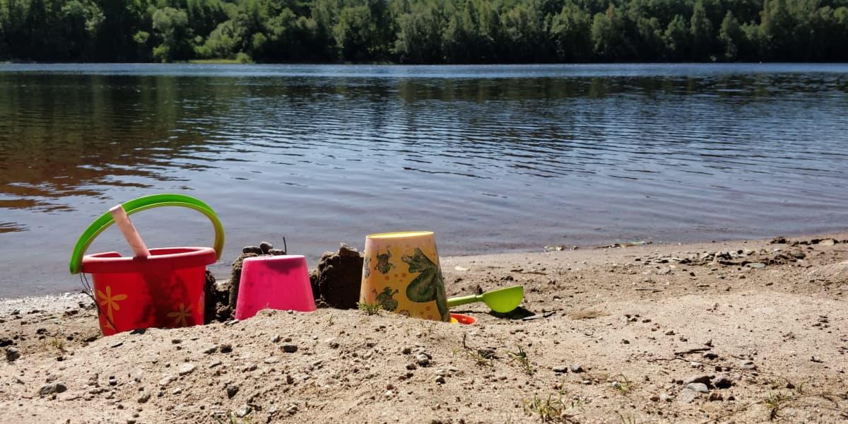 Mattilanniemen uimarannalla hiekkaleluja.