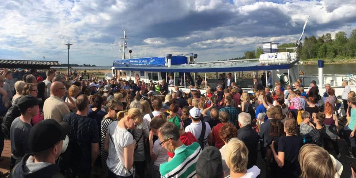 Sadoittain ihmisiä tungeksi Meripuistossa, kun presidenttipari rantautui Tankarin-matkalta.