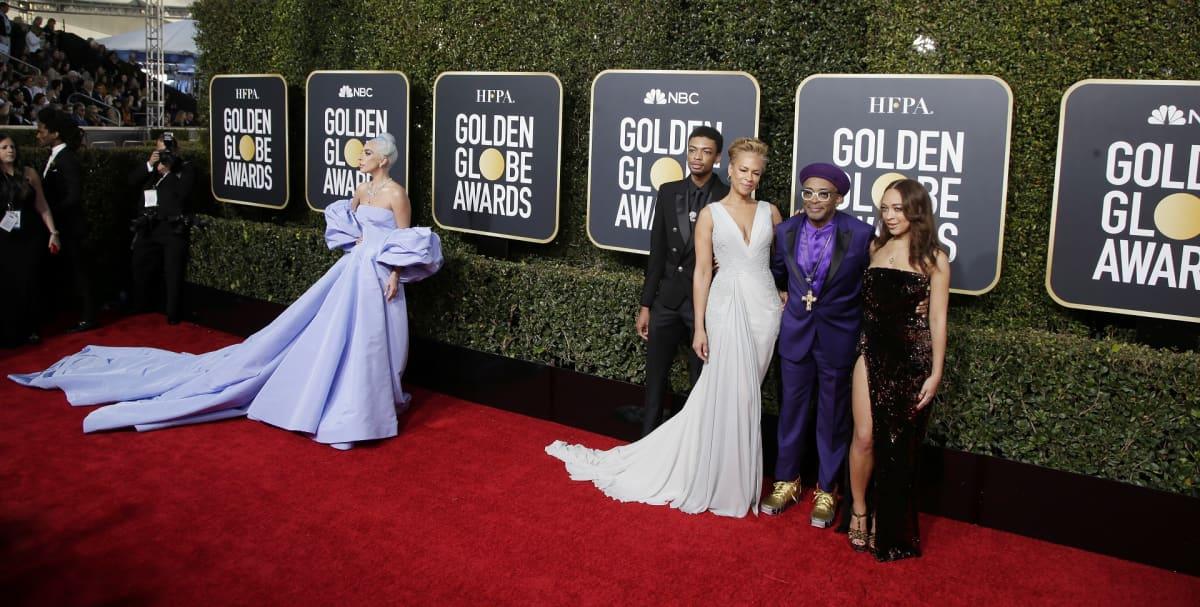Lady Gaga, Jackson Lee, Tonya Lewis Lee, Spike Lee and Satchel Lee Golden Globe -palkintotilaisuuden punaisella matolla.