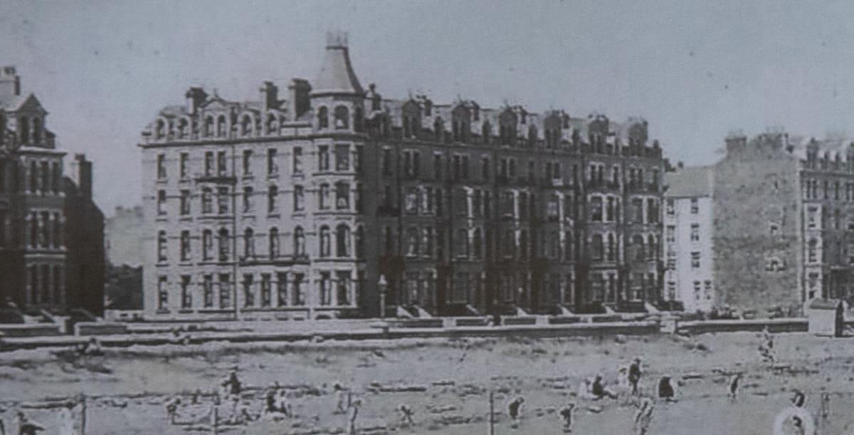 Internointileiri perustettiin Mooraghin puistoon, joka ympäröi järveä.