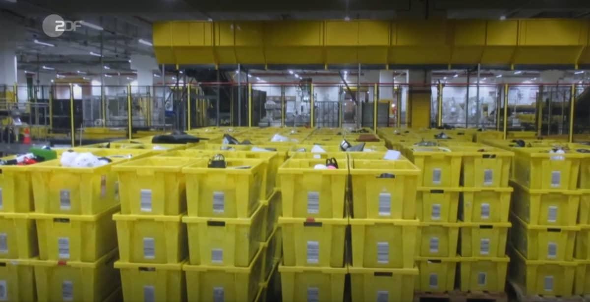 Kuvakaappaus Saksan yleisradioyhtiö ZDF:n ohjelmasta Frontal 21. Amazonin työntekijä toimitti valokuvan jätteeksi menevistä tuotteista.