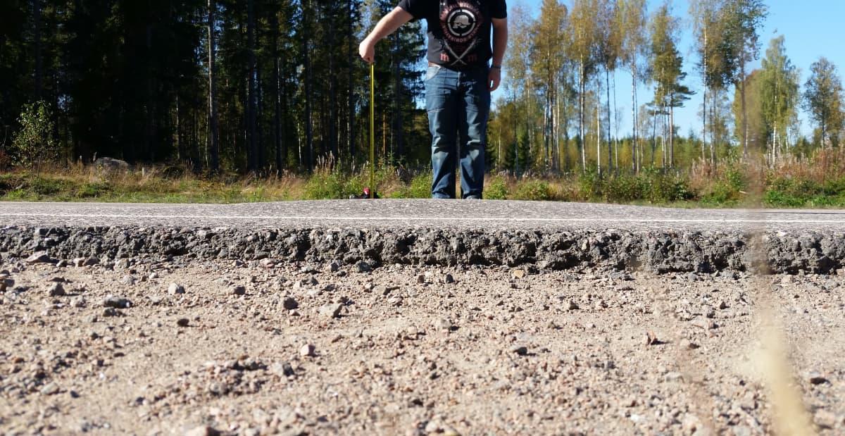 Syyskuussa 2014 Sami Vainikka mittasi kaverinsa kanssa Anjalantiessä olleen kohouman.