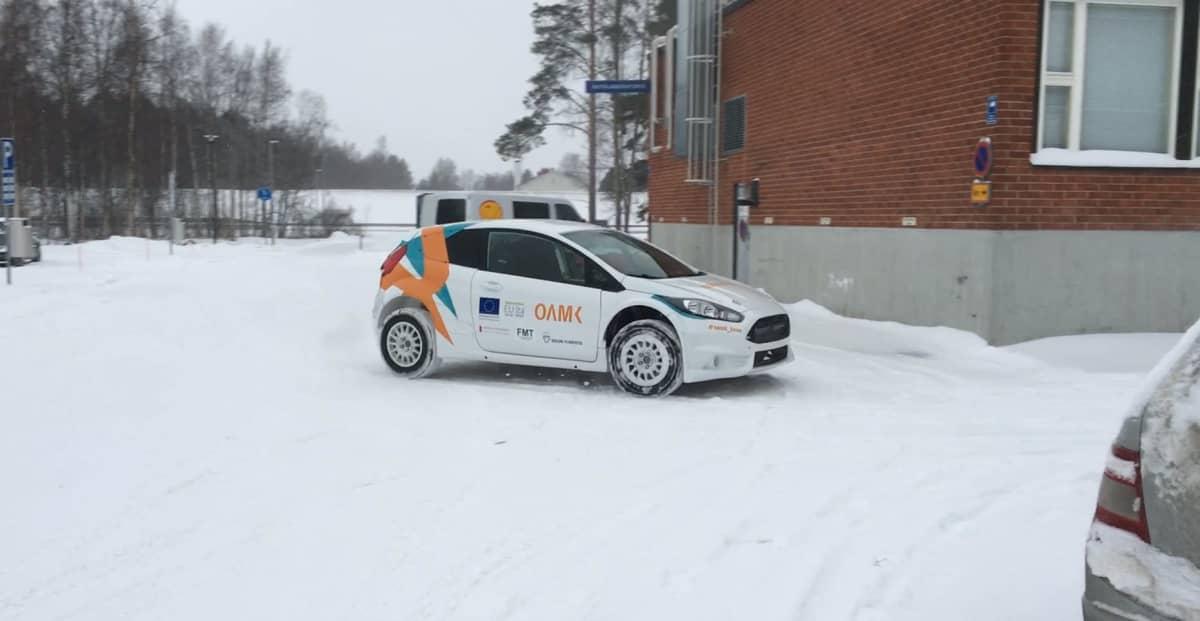 Oulun ammattikorkeakoulussa valmistetun ralliauton prototyyppi Ammattikorkeakoulun pihalla Kortkantiellä.