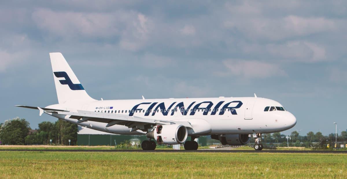 Finnairplan landar i Schiphol i Amsterdam.