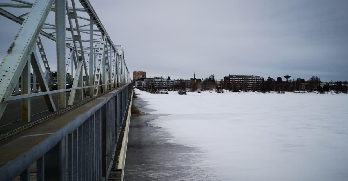 Tornionjoki, sillan kulmasta kuvattuna. Tornion kaupunki taustalla.