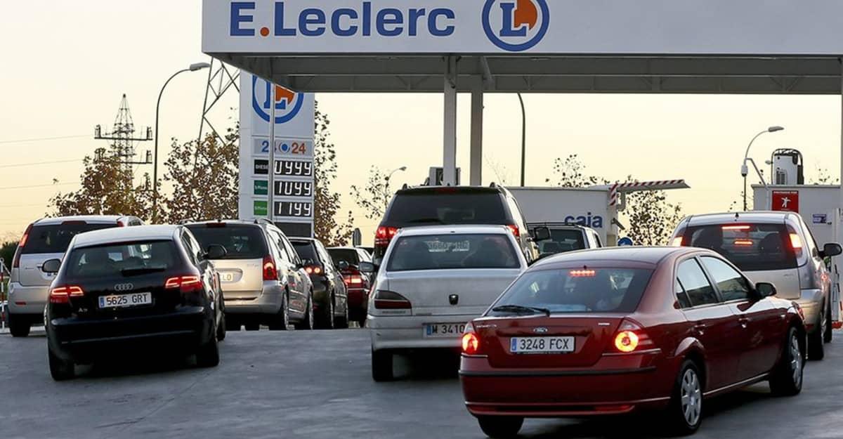 Autoilijat jonottavat halventunutta polttoainetta.