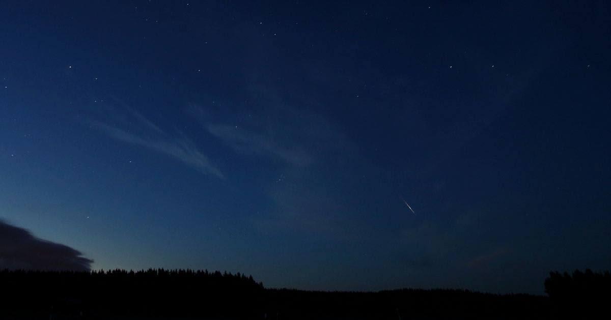Perseidien meteorisuihku yötaivaalla.