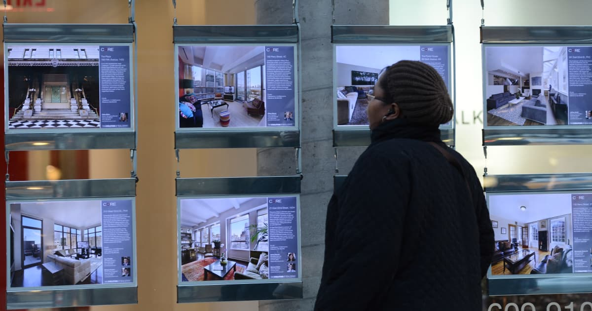 Nainen katseli kiinteistönvälittäjän mainoksia New Yorkissa vuonna 2013. Osavaltiossa on korkeiden asuntojen hintojen vuoksi Yhdysvaltain neljänneksi korkeimmat kiinteistöverot.