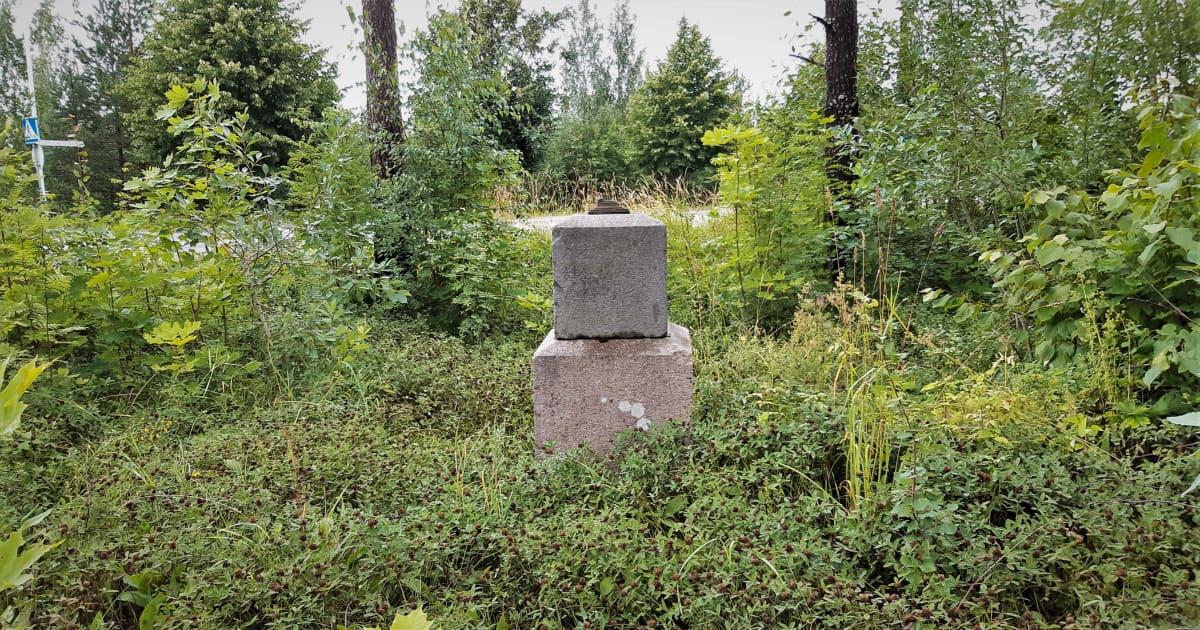 Alkuperäisen leirikirkon muistokivi pusikon keskellä