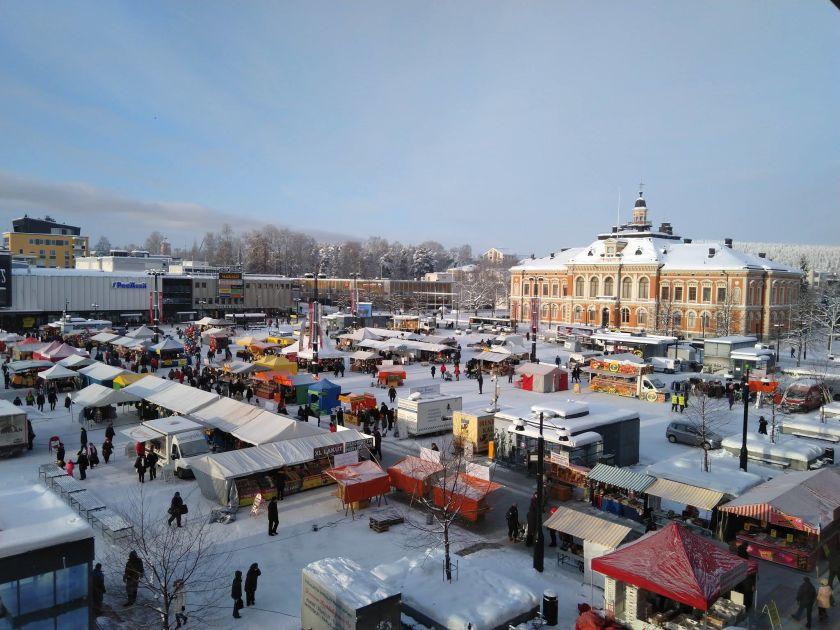 Katujen kaunistajia vai kasvavia riesoja? Asukkaiden mukaan Kuopion kaupungin istuttamat puut vaurioittavat taloja ja putkistoja