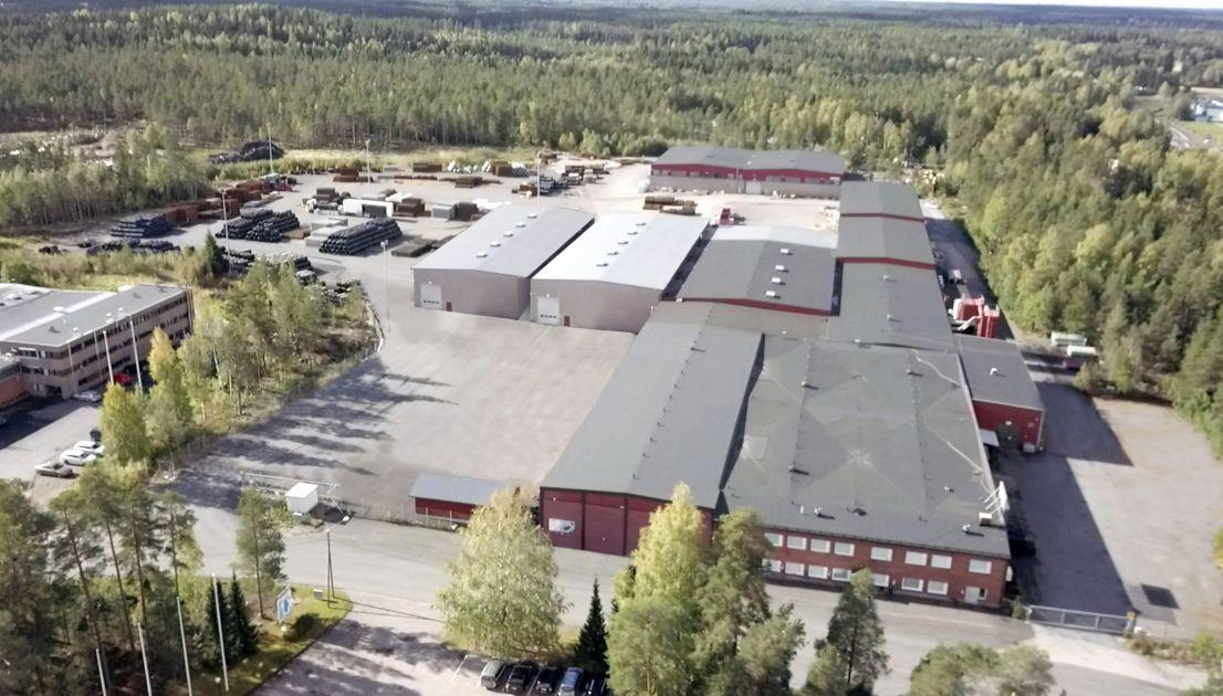 Hurja video: Kiuastehtaalla tulipalo Rauman Lapissa – sammutustöissä loukkaantunut kaksi sopimuspalokuntalaista