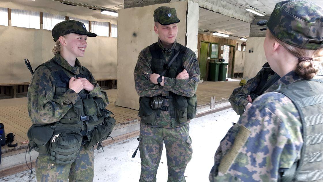 """Ylen kysely: Suomalaiset tyrmäävät yhä naisten asevelvollisuuden – """"Tämä on tasa-arvokeskustelun sokea piste"""""""
