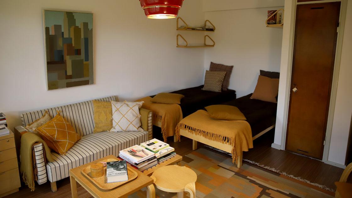 esineiden perässä ja osti Aallon suunnitteleman asunnon ...