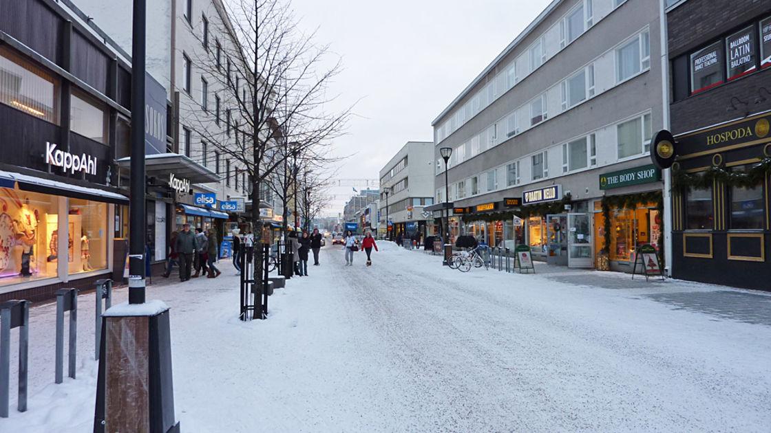 Itsenäisyyspäivän paraati tuo Kajaaniin väenpaljouden – kaupat auki ensimmäistä kertaa | Yle ...
