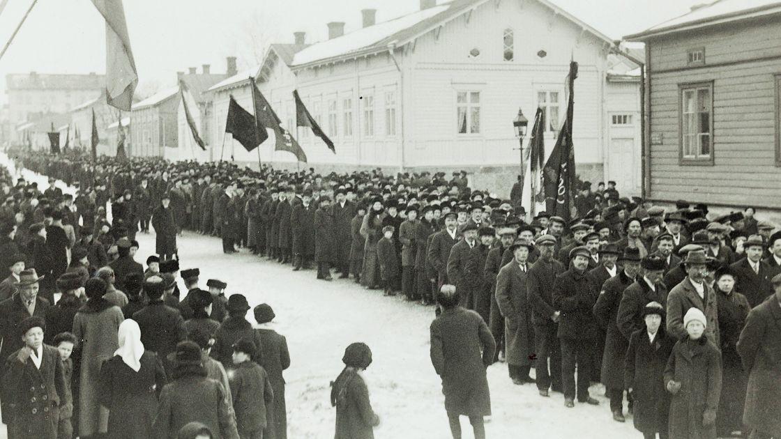 Uutuusteos: Turku oli sisällissodassa Suomen ...  Uutuusteos: Tur...