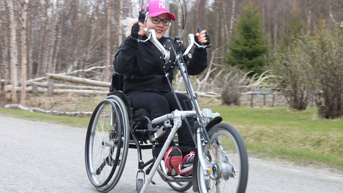 Tuore ylioppilas ei anna CP-vamman hidastaa elämää – tanssi vanhojen tanssitkin pyörätuolissa ...