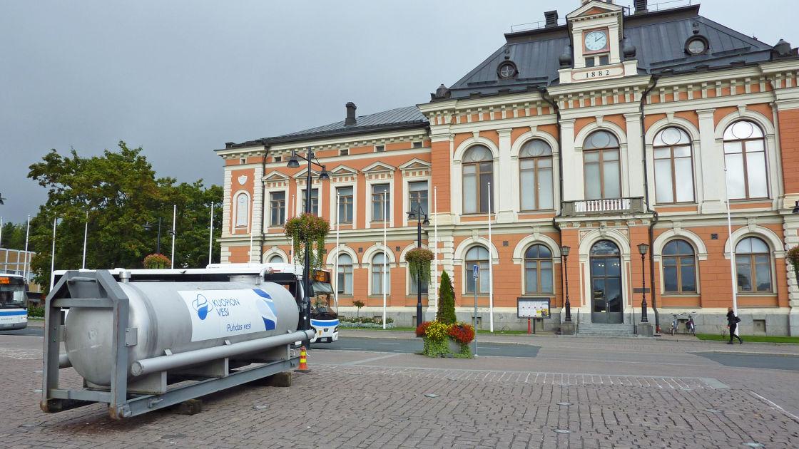 Kuopio yllättyi vedenlaatuhäiriöiden laajuudesta – puhdasta vettä saa jakelupisteistä torilta ...