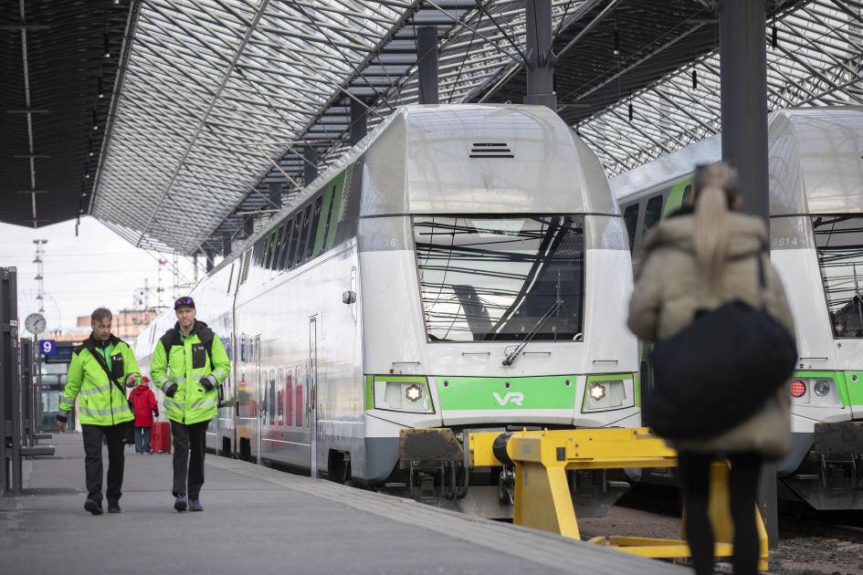 Junaliikenne keskeytynyt Helsingissä mahdollisen sähköratavaurion vuoksi
