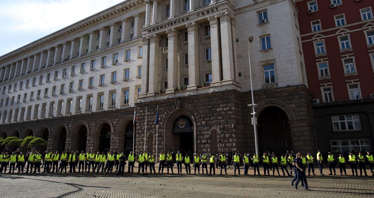 Poliisi vartioi ministerineuvoston rakennusta Bulgarian pääkaupungissa Sofiassa 11. heinäkuuta 2020.