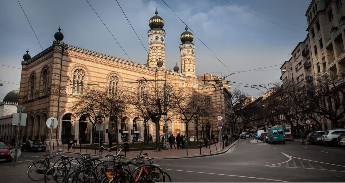 Yksi Euroopan suurimmista synagogista sijaitsee Budapestissa kaupungiosassa, joka houkuttelee nykyään erityisesti juhlimaan tulleita turisteja. Aiemmin alue tunnettiin juutalaiskortteleina.