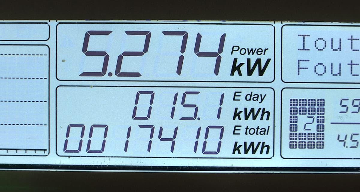 Aurinkopaneeleiden tuottama sähkö näkyy lukemana näytöllä.