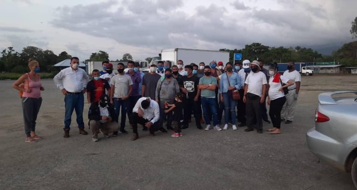 Sayra Laguna ja hänen nicaragualaisryhmänsä, joka odottaa lupaa päästä kotimaahansa.