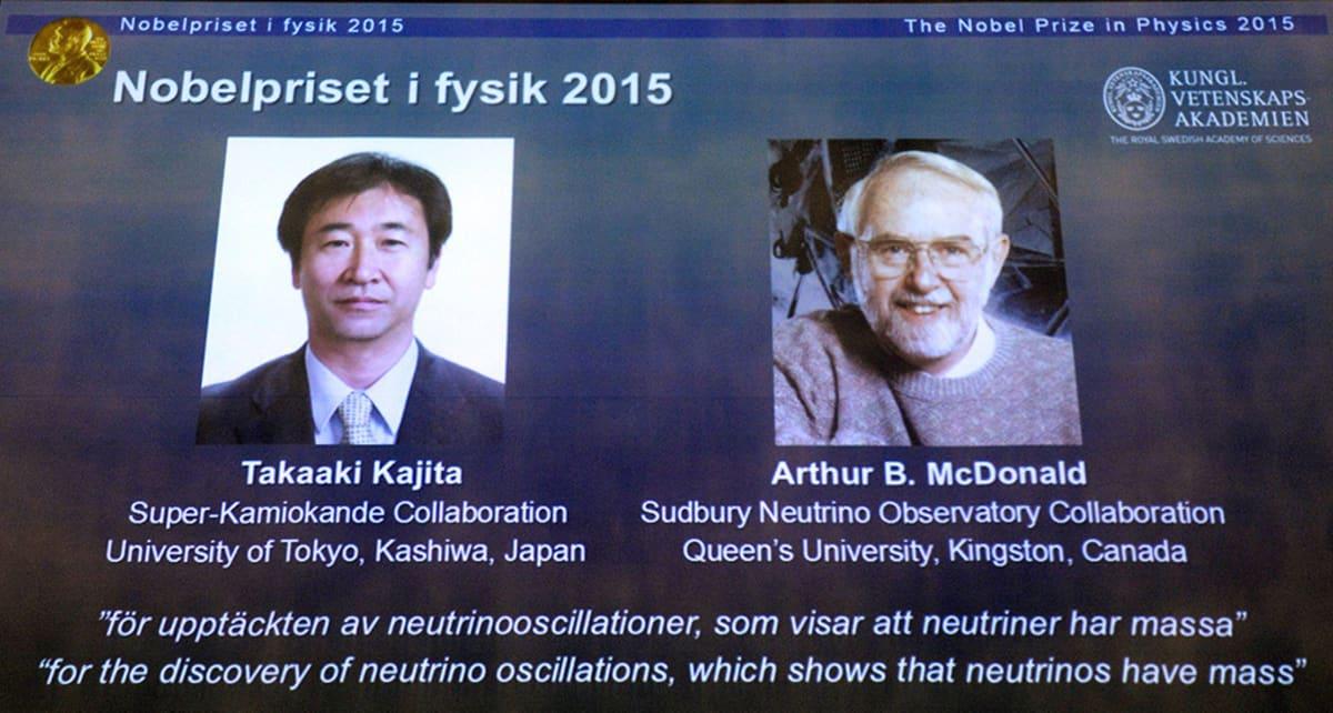 Takaaki Kajita ja Arthur B. McDonald heijastettuna valkokankaalle fysiikan Nobel-palkinnon julkistamistilaisuudessa Tukholmassa tiistaina.