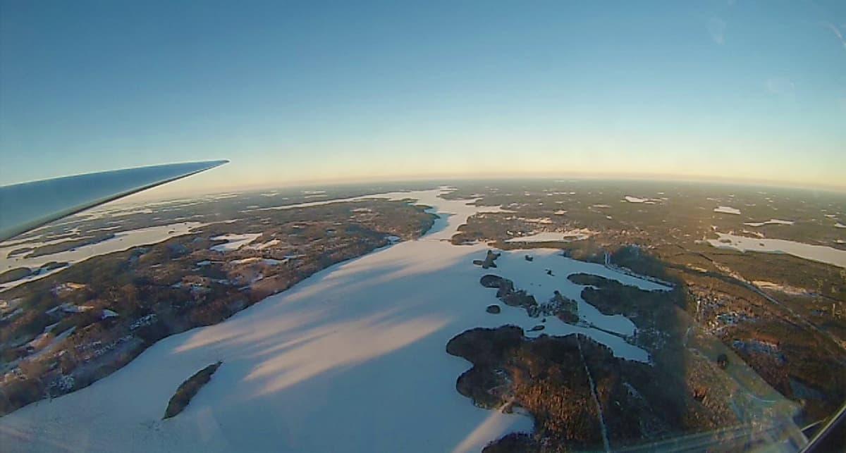 Vintturivetoisen purjelennon korkeusennätysyrityksessä käytetysta koneesta maisema Saimaalle. Keskellä näkyy Ruokolahti.